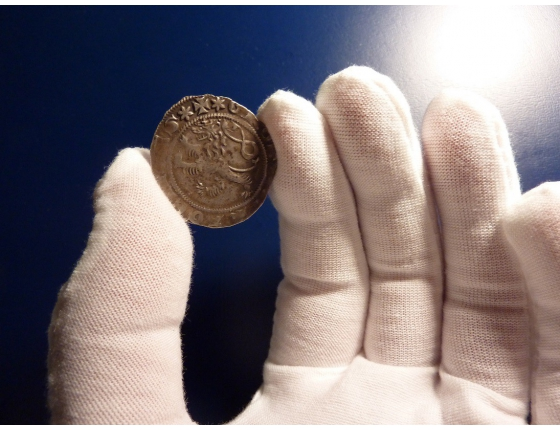 Gloves for handling coins