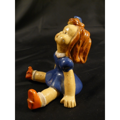 Stará keramická soška sedící panenky