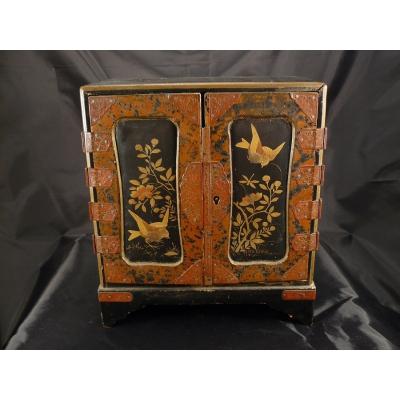 Kleiner Schrank mit japanischen Stoffmalerei