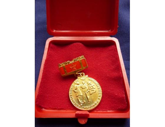 """,,Zlatý"""" odznak brigády socialistické práce - Socialisticky žít, socialisticky pracovat"""