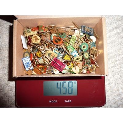 Krabička starých podnikových odznaků
