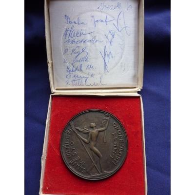 Pražské primátorky 1976 - medaile vítězů, včetně podpisů