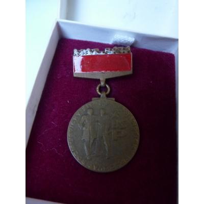 """,,Bronzový"""" odznak brigády socialistické práce - Socialisticky žít, socialisticky pracovat"""